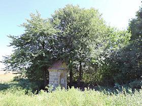 Prostor před kapličkou, vyčištěný od náletových dřevin.