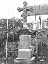 Kamenný kříž před dokončením opravy - podzim 2002