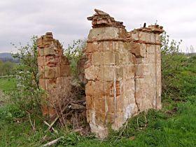 zbytky kapličky před opravou, 25.4.2004