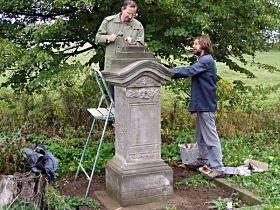 Upevňování renovovaného kříže - 4.10.2003