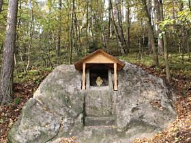 skalní výklenek u silnice do Mařenic - říjen 2016