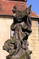 Poškozená socha před opravou