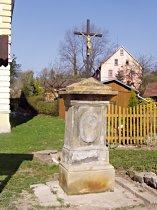 Kříž u obecního úřadu - jaro 2009