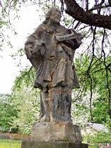Detail poškozené sochy