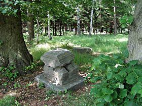 kamenné části kříže před opravou, 14.6.2003