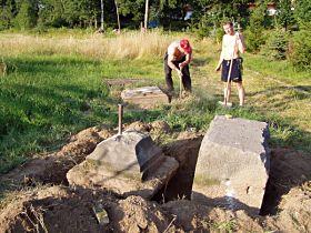vykopávání kamenných částí kříže, 10.8.2004