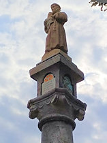 Detail vrcholové kaplice se sochou sv. Antonína.