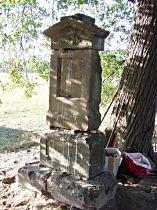kamenný sokl kříže po sestavení, 20.7.2003