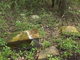 rozvalené zbytky soklu před obnovou, 6.5.2006