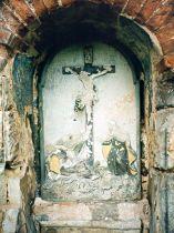 Poničený reliéf ve výklenku