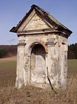 Kaplička v poli pod Brnišťským vrchem před opravou