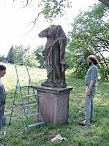 zvednutá socha Panny Marie
